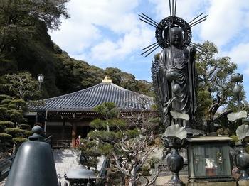 修行大師と本堂.jpg